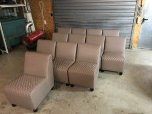 Personnalisation en simili cuir des fauteuils d'une salle de repos pompiers